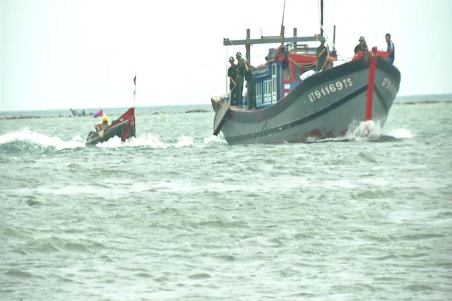 Lai dắt thuyền nan gặp nạn vào bờ. Ảnh: ĐT.