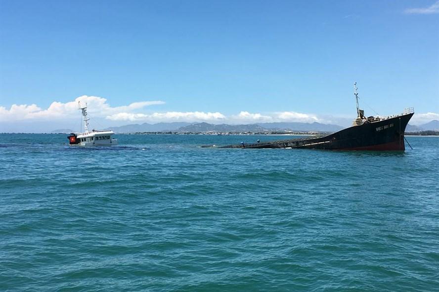 Tàu vận tải Việt Hải 06 đang chìm dần xuống biển. Ảnh: N.X