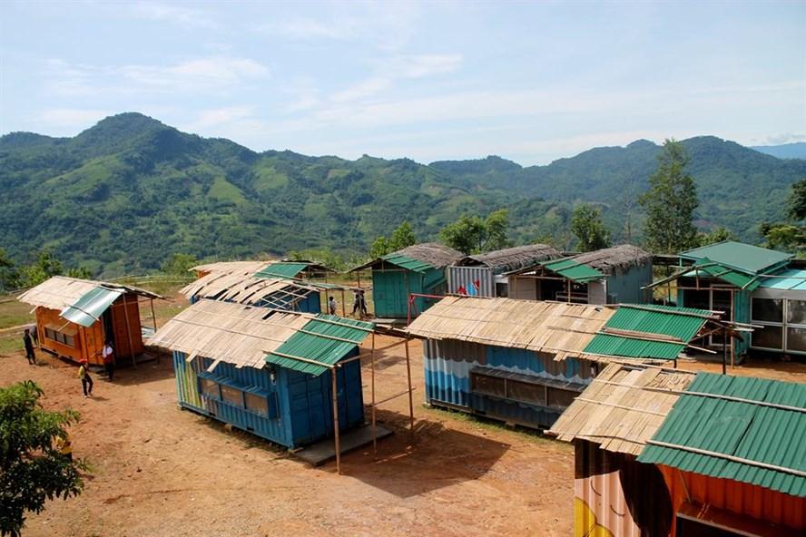 Hàng trăm học sinh don dẹp 20 căn nhà bán trú bằng container để chuẩn bị cho năm học mới. Ảnh: TH