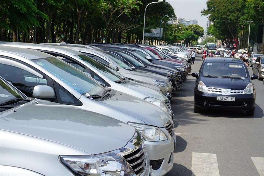 Đường Lê Lai - trước khách sạn New World (quận 1) cho phép đỗ ô tô dưới lòng đường có thu phí.   Ảnh: M.Q