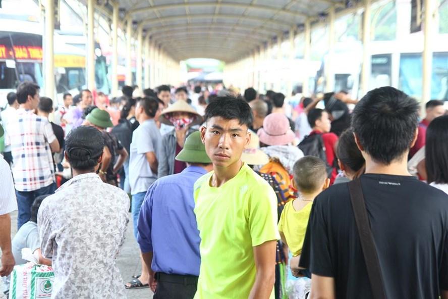 Giữa trưa, nhiều người đổ ra bến xe Giáp Bát để về quê nghỉ lễ.