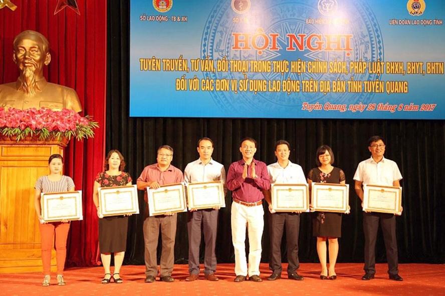 Thừa ủy quyền của Tổng Giám đốc BHXH Việt Nam, ông Đào Duy Hiện - Giám đốc BHXH tỉnh - trao bằng khen cho các đơn vị. Ảnh: Phạm Báu