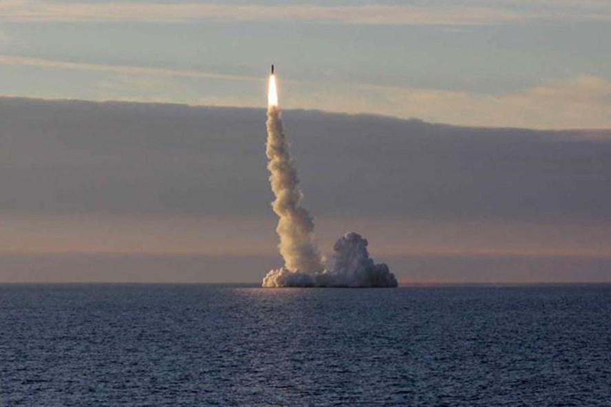 Nga phóng liên tiếp 7 tên lửa từ tàu ngầm xóa sổ các mục tiêu của IS gần Deir ez-Zor, Syria. Ảnh: RT