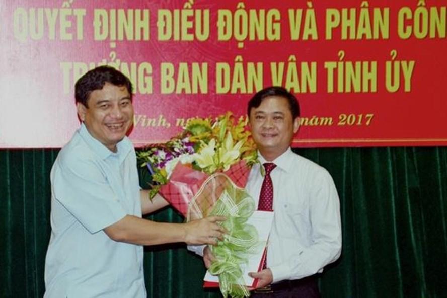 Bí thư Tỉnh ủy Nghệ An Nguyễn Đắc Vinh trao quyết định và chúc mừng ông Thái Thanh Quý. Ảnh báo Nghệ An