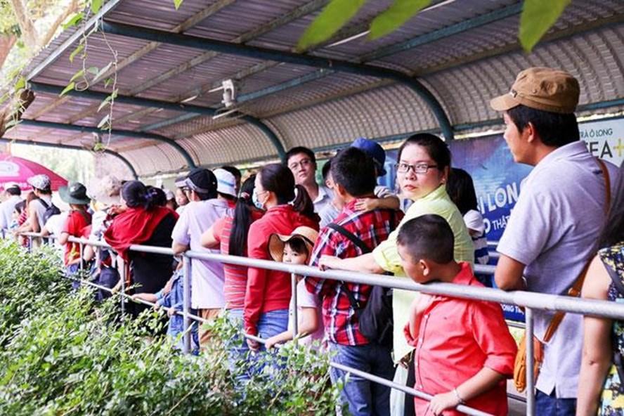 Các cha mẹ phải sắp hàng dài để mua vé trò chơi cho trẻ  tại Thảo Cầm Viên. Ảnh: T.L