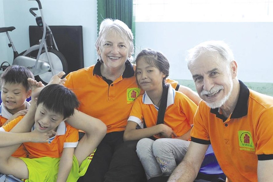 Gần 2 năm qua, cặp vợ chồng bác sĩ người Mỹ giúp đỡ hàng trăm trẻ khuyết tật ở Quảng Ngãi tìm thấy niềm vui trong cuộc sống.