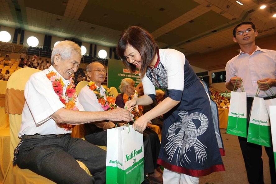 BS Trần Thị Minh Nguyệt - Phó Chủ tịch HĐQT NutiFood tặng quà cho các cụ.