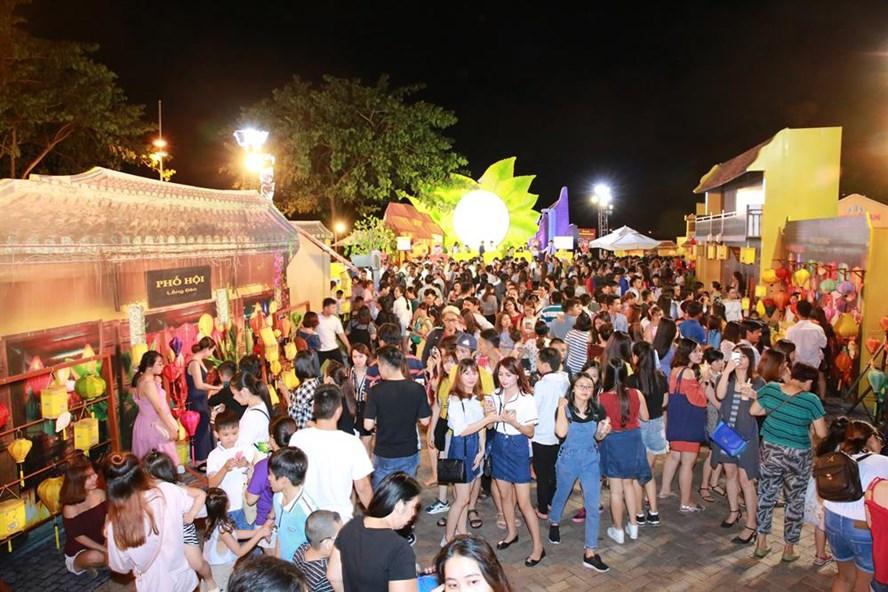Lần đầu tiên tái hiện lại hình ảnh phố cổ Hội An trong dịp tết Trung thu tại Sài Gòn đã thu hút khá nhiều bạn trẻ - Ảnh: Ngọc Tiến.
