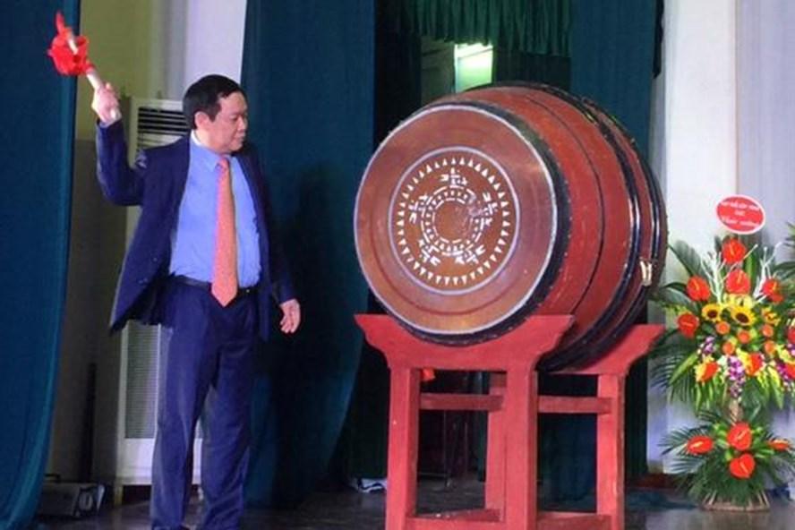 Phó Thủ tướng Vương Đình Huệ đánh trống khai trường tại THPT chuyên KHTN, Hà Nội. (Ảnh: Mỹ Hà)