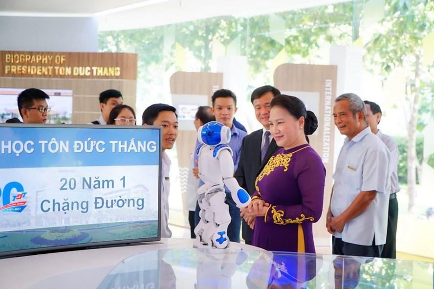 Chủ tịch Quốc hội Nguyễn Thị Kim Ngân đánh giá cao những thành tựu của Đại học Tôn Đức Thắng trong chuyến thăm trường này chiều 5.9. Ảnh TĐTU cung cấp