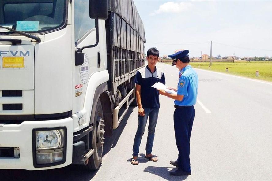 Lực lượng Thanh tra giao thông - Sở GTVT Quảng Bình kiểm tra phương tiện có dấu hiệu vi phạm. Ảnh: Lê Phi Long