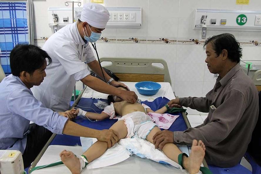 Một trong ba bé bị cha đầu độc được cấp cứu tại bệnh viện Nhi đồng TP Cần Thơ.