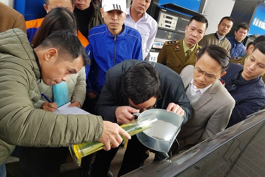 Phương pháp đo xăng được thực hiện trực quan và rất tỉ mỉ. Ảnh: Đức Thành