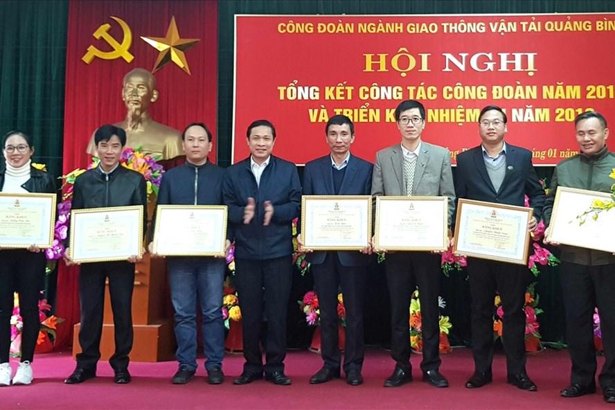 Phó Chủ tịch LĐLĐ tỉnh Quảng Bình Nguyễn Phi Khanh trao bằng khen cho những cá nhân đạt thành tích cao trong năm 2017. Ảnh: Lê Phi Long
