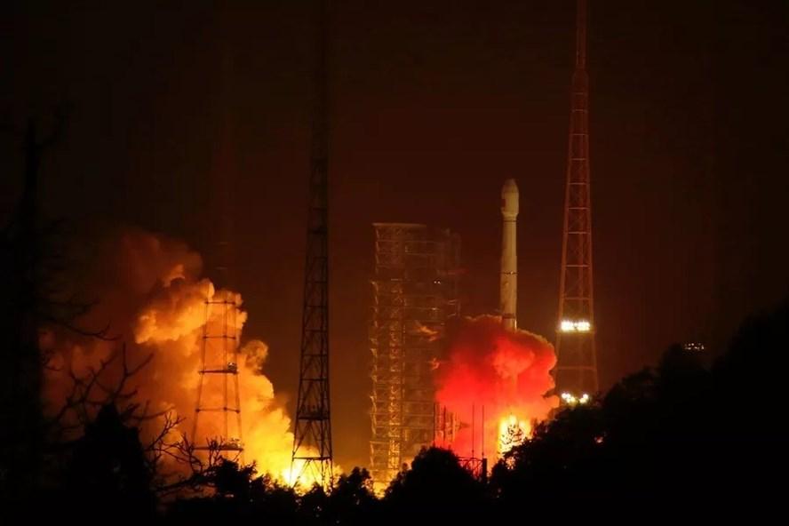 Tên lửa Trường Chinh 3B mang 2 vệ tinh Bắc Đẩu phóng từ trung tâm ở Tứ Xuyên hôm 12.1. Ảnh: Xinhua.