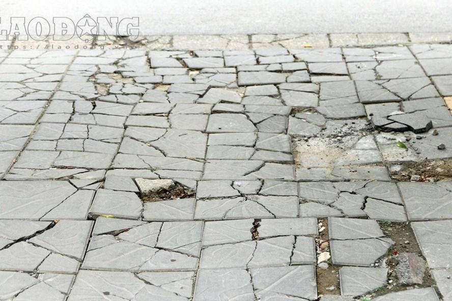Vỉa hè Hà Nội lát đá tự nhiên 70 năm tuổi nhưng chỉ sau một năm đã vỡ vụn. Ảnh: Cường Ngô