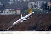 Nguyên nhân máy bay Thổ Nhĩ Kỳ nằm cheo leo trên vách đá