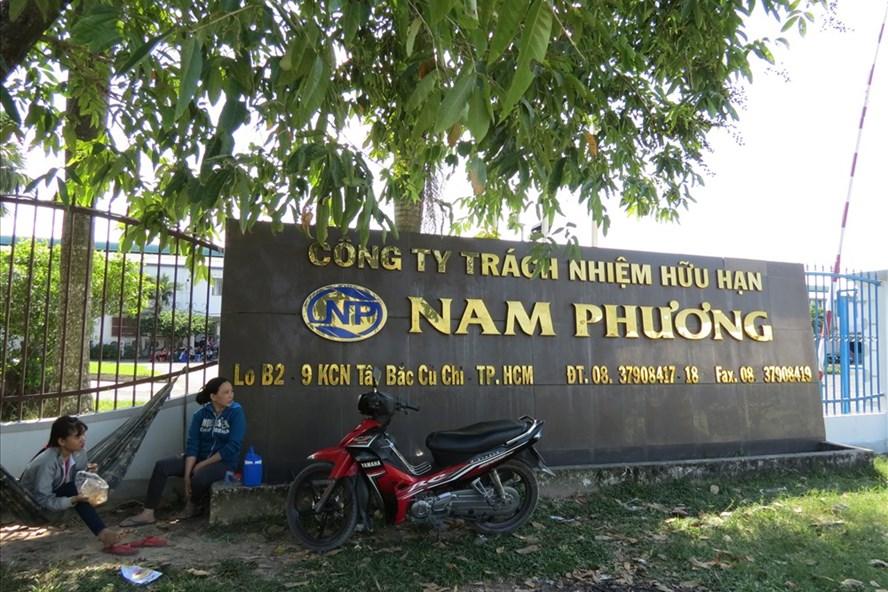 CN Cty Nam Phương cột võng canh ngày đêm không cho mang tài sản ra khỏi nhà xưởng - Ảnh: L.T