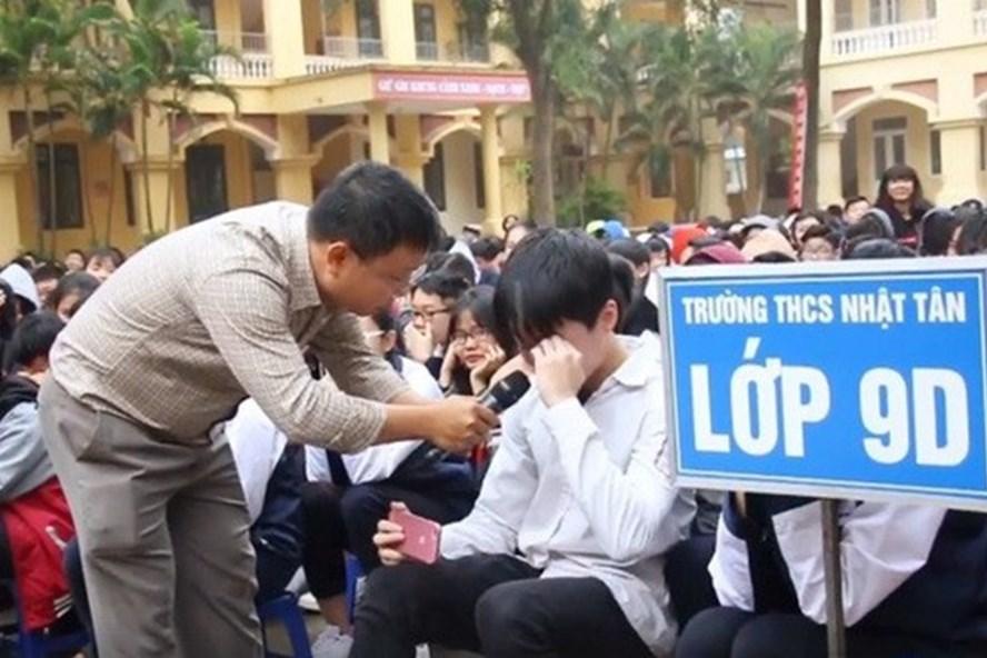 """Học sinh rơi nước mắt khi nghe bài giảng của thầy Nguyễn Thành Nhân về văn hóa """"nói lời xin lỗi""""."""