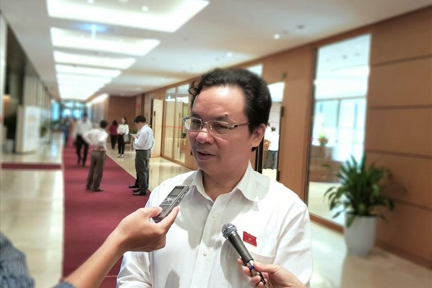 ĐBQH, PGS, Ts Hoàng Văn Cường trao đổi cùng báo chí.  Ảnh: Đức Thành