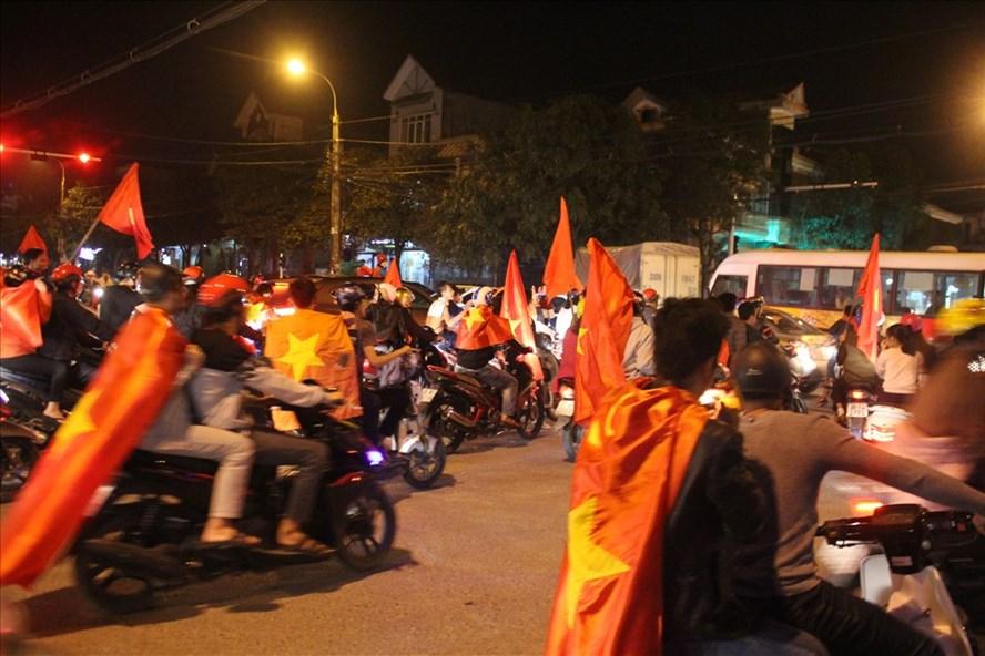 Hình ảnh người dân Hà Tĩnh đổ ra đường ăn mừng chiến thắng của U23 Việt Nam trong trận bán kết gặp  Qatar chiều 23.1. Ảnh: Trần Tuấn