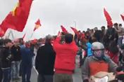 Clip: Người dân tràn ra đường, kín cầu Nhật Tân chờ đón đội tuyển U23 Việt Nam trở về