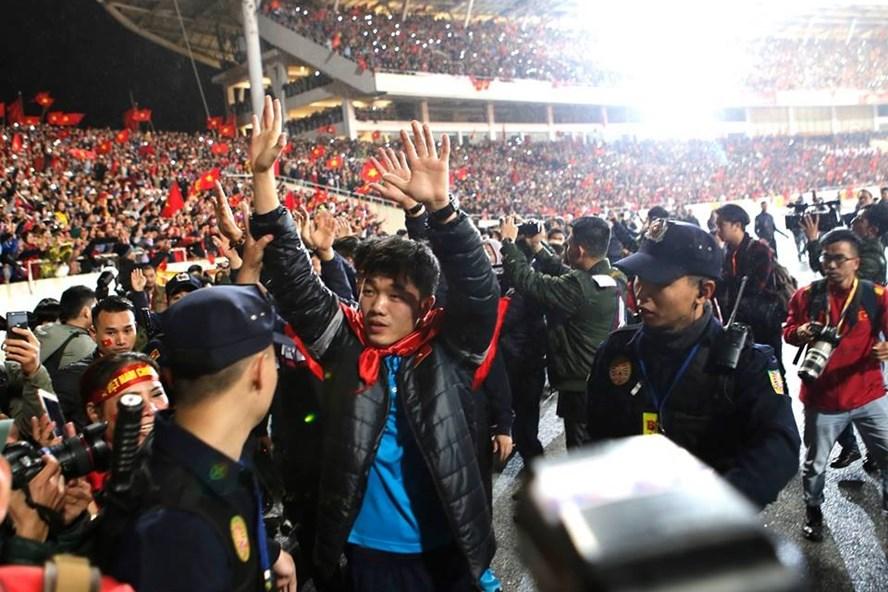 Các cầu thủ U23 Việt Nam ra sân chào khán giả, mở đầu buổi gala.