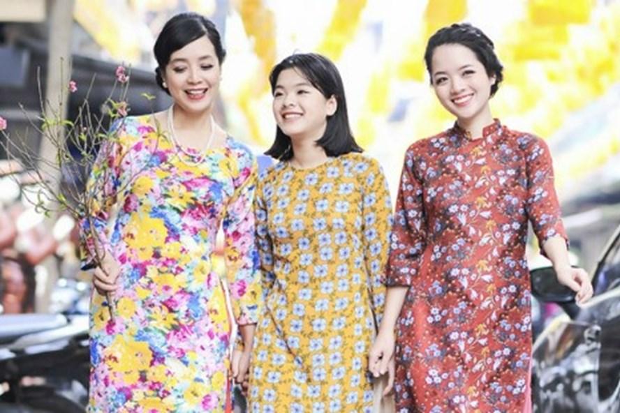Nghệ sĩ Chiều Xuân *ngoài cùng, bên trái) cho rằng nhất thiết phải giữ Tết truyền thống vì đó là văn hóa.  Ảnh: N.V
