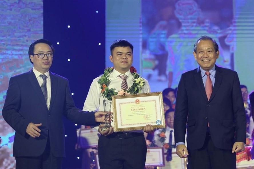 Phó Thủ tướng Chính phủ Trương Hoà Bình trao bằng khen cho các sinh viên tiêu biểu. Ảnh: Bảo Anh.