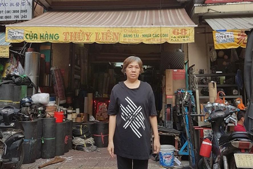 Bà Lý Lệ Hùng trước căn nhà 68 Tạ Uyên, do mẹ bà Hùng là bà Lý Hoan sở hữu từ trước năm 1975. Ảnh: C.H