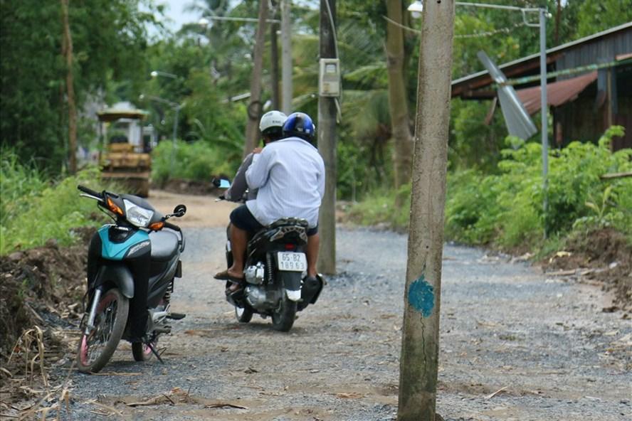 Các phương tiện giao thông khi di chuyển qua đoạn đường trên phải thường xuyên né tránh các trụ điện nằm chắn ngay giữa đường. Ảnh: BT