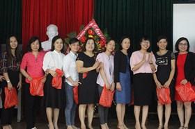 Quỹ Tấm lòng vàng Lao Động: Tặng quà cho nữ CNVCLĐ nhân dịp 20.10