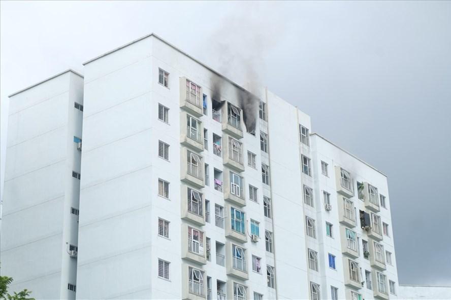 Khói bốc ra từ phòng 1202 tầng 12 chung cư 12T5. (ảnh: Hoàng Vinh)
