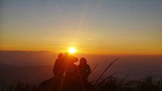 Ngắm đường chân trời với tia nắng đầu tiên ló dạng trên đỉnh Chư Nâm. Ảnh: