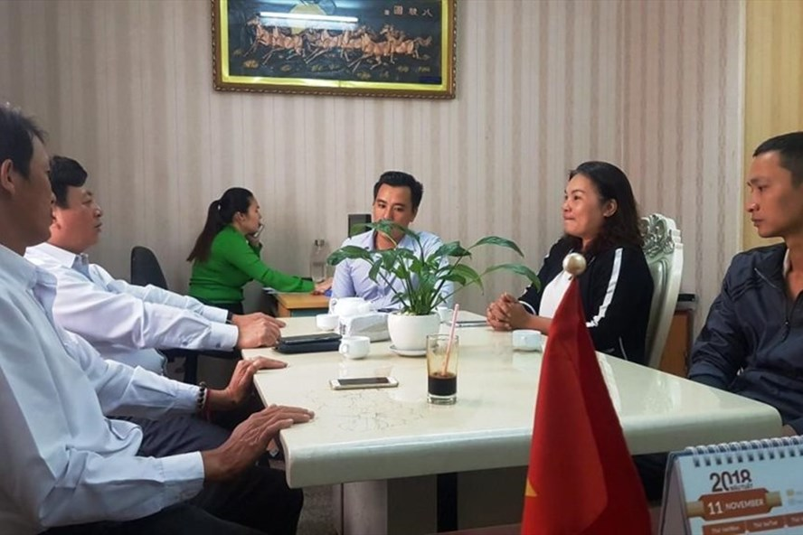 Chị Trang (áo đen) đã nhận lại 170 triệu đồng đánh rơi từ vị cán bộ tốt bụng. Ảnh C.B