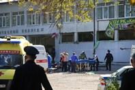Video hiện trường tang tóc vụ đánh bom và xả súng tại trường học Crưm khiến 17 người chết