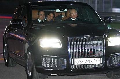 Tổng thống Putin lái siêu xe hạng sang chở người đồng cấp Ai Cập trên đường đua F1