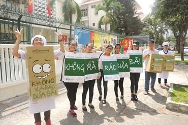 Tuyên truyền không xả rác nơi công cộng trên đường phố Sài Gòn. Ảnh: N.T.V