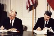 """Đằng sau việc Mỹ định """"khai tử"""" hiệp ước kiểm soát hạt nhân với Nga"""