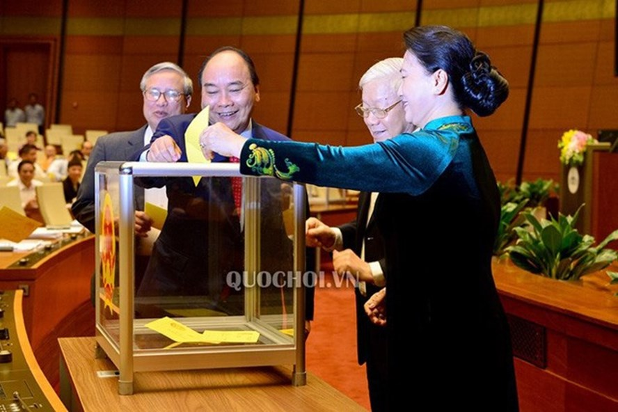 Quốc hội lấy phiếu tín nhiệm bằng phiếu kín. (Ảnh Quochoi.vn)