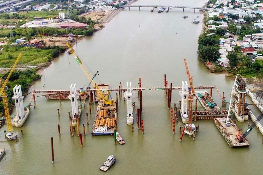 Cống ngăn triều Mương Chuối (cống lớn nhất trong 6 cống ngăn triều thuộc dự án chống ngập 10.000 tỉ) dù đạt 80% khối lượng xây dựng phải tạm dừng suốt 5 tháng qua.