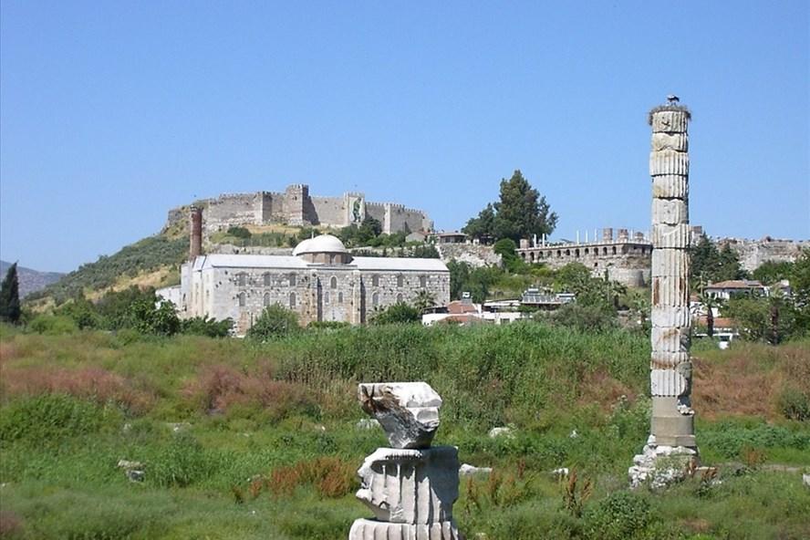 Hai cột đá, một cột cao khoảng 15m, cột kia chừng 5m đứng chơ vơ, bên cạnh là tấm bảng văn tắt về ngôi đền cùng một bản vẽ mô hình ngôi đền khá sơ sài.