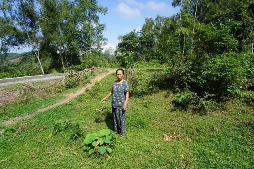Bà Đặng Thị Điểm (là thương binh) trên mảnh đất có nhà cũ của bố mẹ đã bị ông Đặng Đình Hùng tháo dỡ. Ảnh: PV