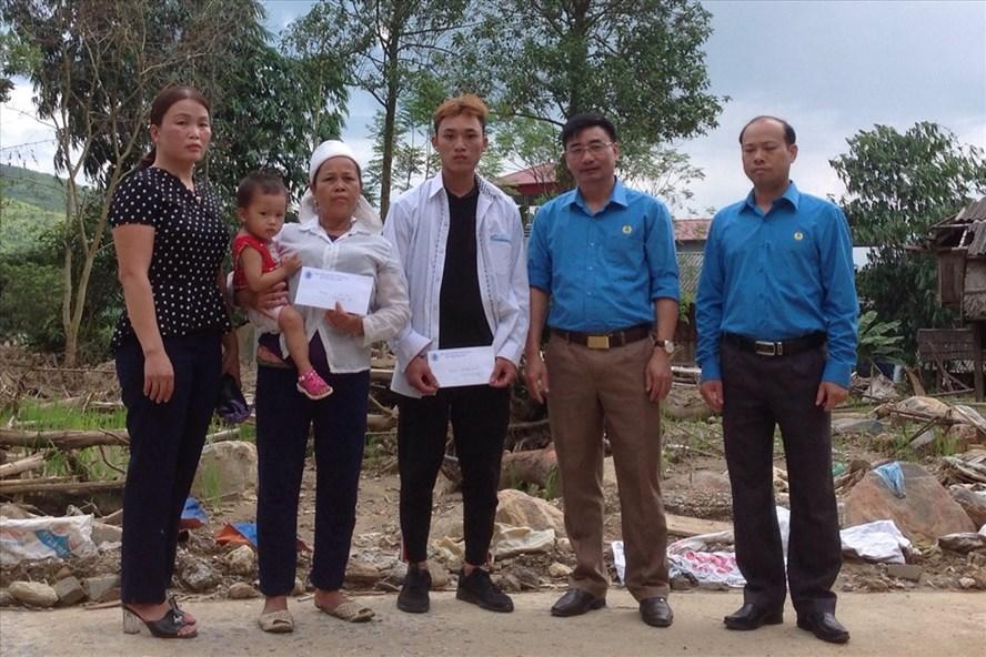 Đồng chí Nguyễn Chương Phát - Chủ tịch LĐLĐ tỉnh Yên Bái (thứ hai từ phải sang) trao quà cho gia đình đoàn viên bị thiệt hại do mưa lũ. Ảnh: T.X