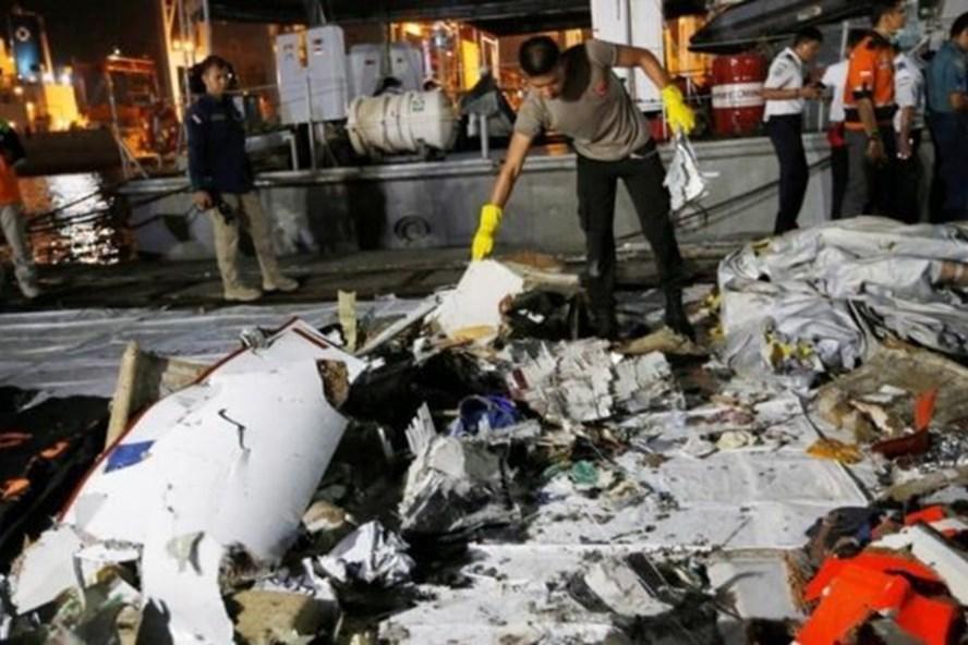 Một cảnh sát tại nơi thu thập mảnh vỡ máy bay Lion Air. Ảnh: Reuters