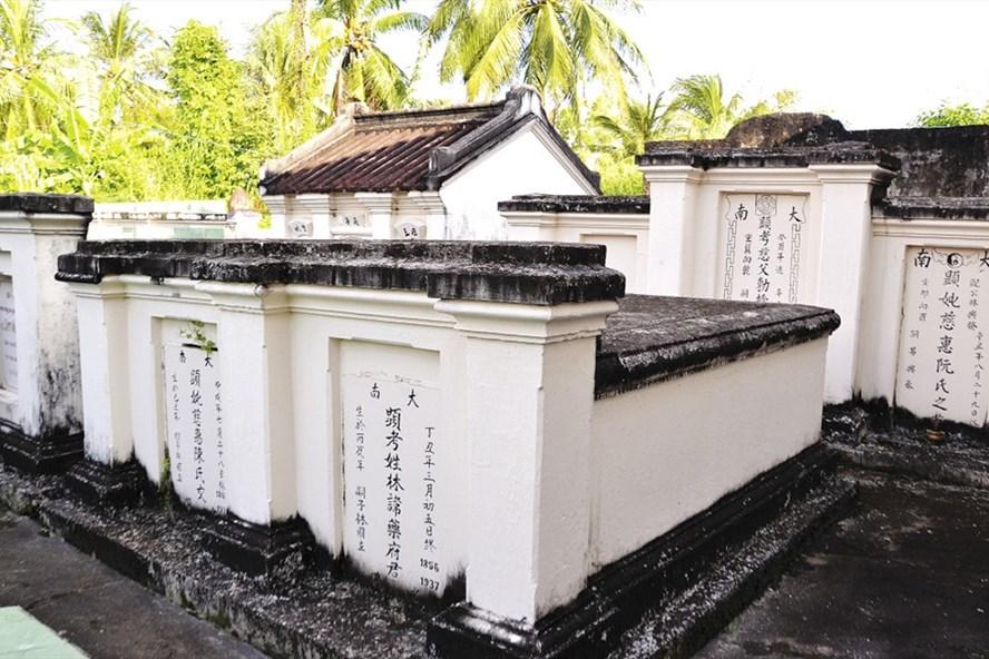 Khu mộ cổ trong khuôn viên Lâm môn mộ sở. Ảnh: LỤC TÙNG