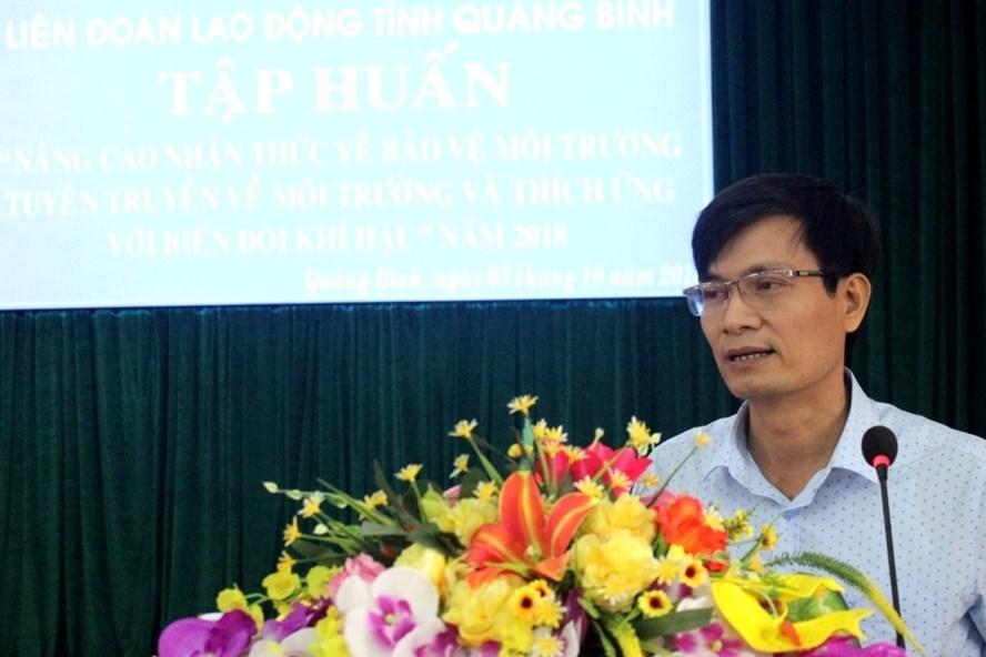 Phó Chủ tịch LĐLĐ Quảng Bình Võ Văn Tiến phát biểu tại hội nghị. Ảnh: Lê Phi Long