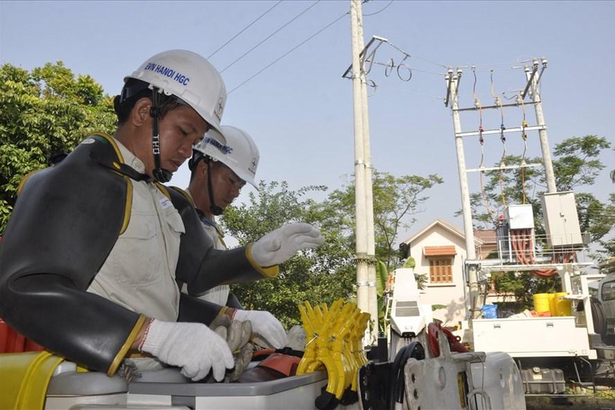 Việc đấu nối trạm biến áp Kim Quan 7 được thực hiện trực tiếp trên đường dây 22kV đang mang điện. Ảnh: Huyền Trang