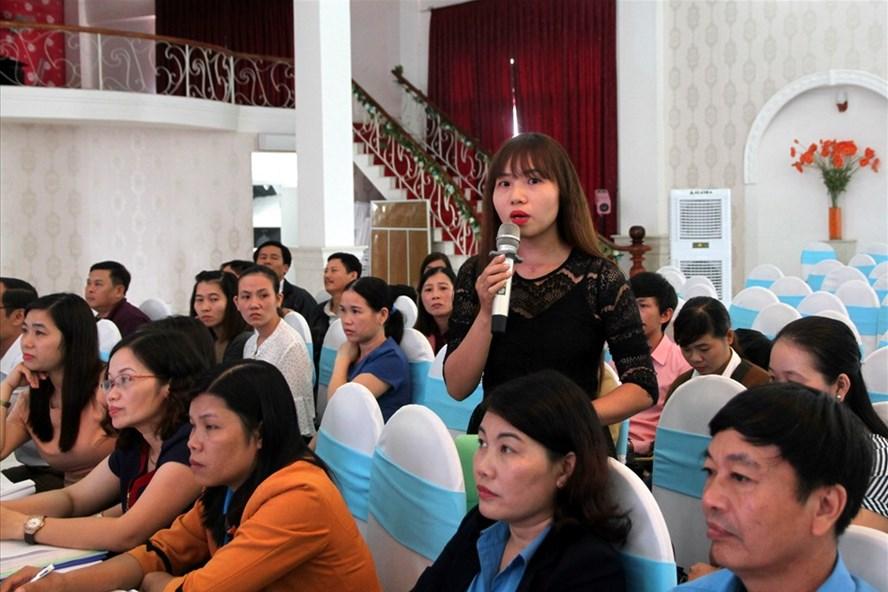 Người lao động nêu những vướng mắc trong quá trình thực hiện BHXH, BHYT, BHTN tại một doanh nghiệp ngoài nhà nước. Ảnh: Hưng Thơ.