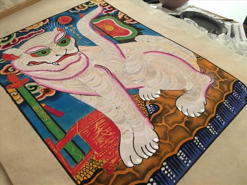 Nghệ nhân Lê Đình Nghiên tự tay vẽ tranh Hàng Trống. Ảnh: Anh Nhàn